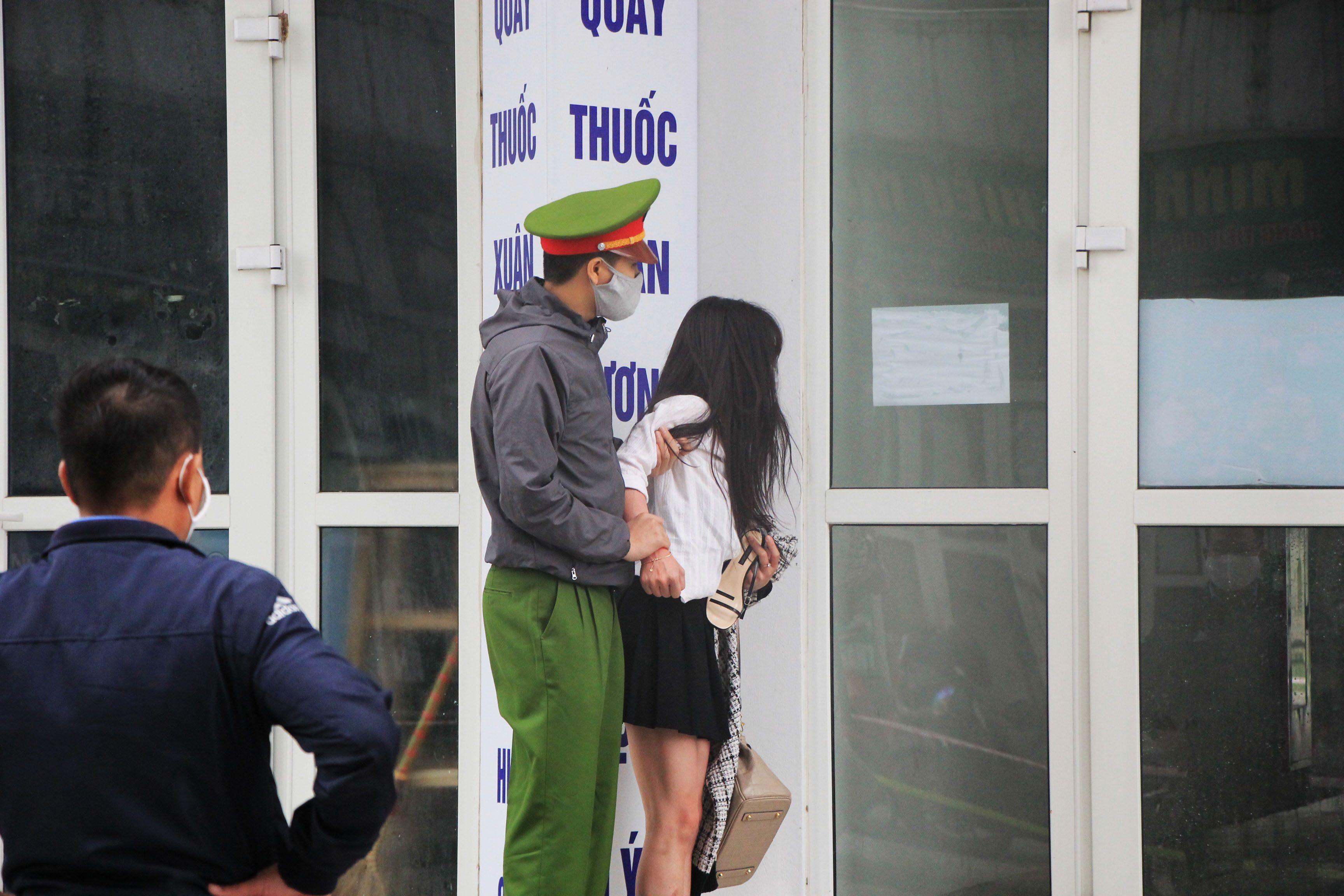 Cô gái nhất quyết đòi ra khỏi nơi cách ly, cảnh sát phải thuyết phục nhiều giờ - 1