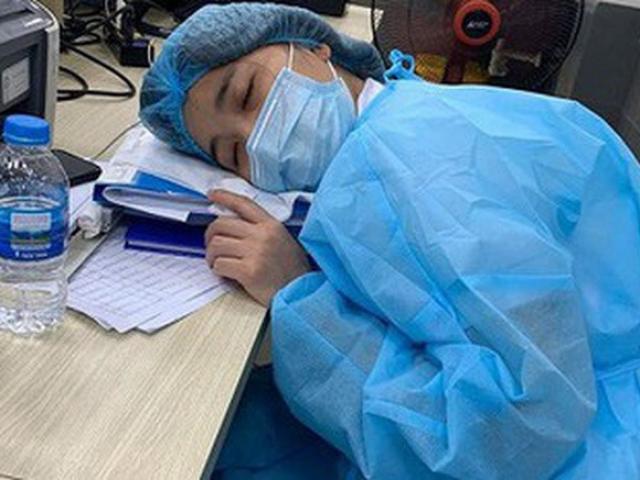 Xót xa hình ảnh y bác sĩ Bệnh viện Bạch Mai ngủ gục trên bàn