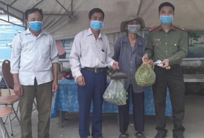 Cụ ông 89 tuổi mang gạo, rau và 20.000 đồng ủng hộ chống COVID-19 ở khu cách ly Hà Tĩnh - 1
