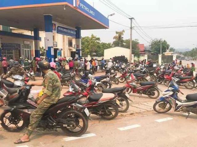 Người dân đổ xô đi mua xăng tích trữ khi giá giảm sâu