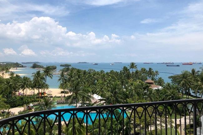 Nữ du học sinh này trở vềtừ Mỹ và cô được đưa đến một khách sạn 5 sao tại một hòn đảo du lịch của Singapore.