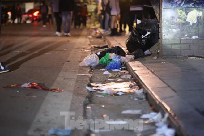 Sau màn pháo hoa năm mới, đường phố Hà Nội lại ngập rác - 1