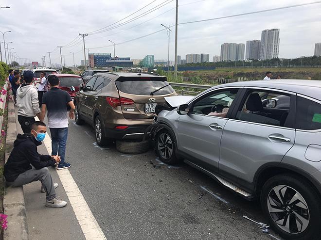 4 ô tô đâm nhau trên cao tốc trong ngày đầu năm mới - 1