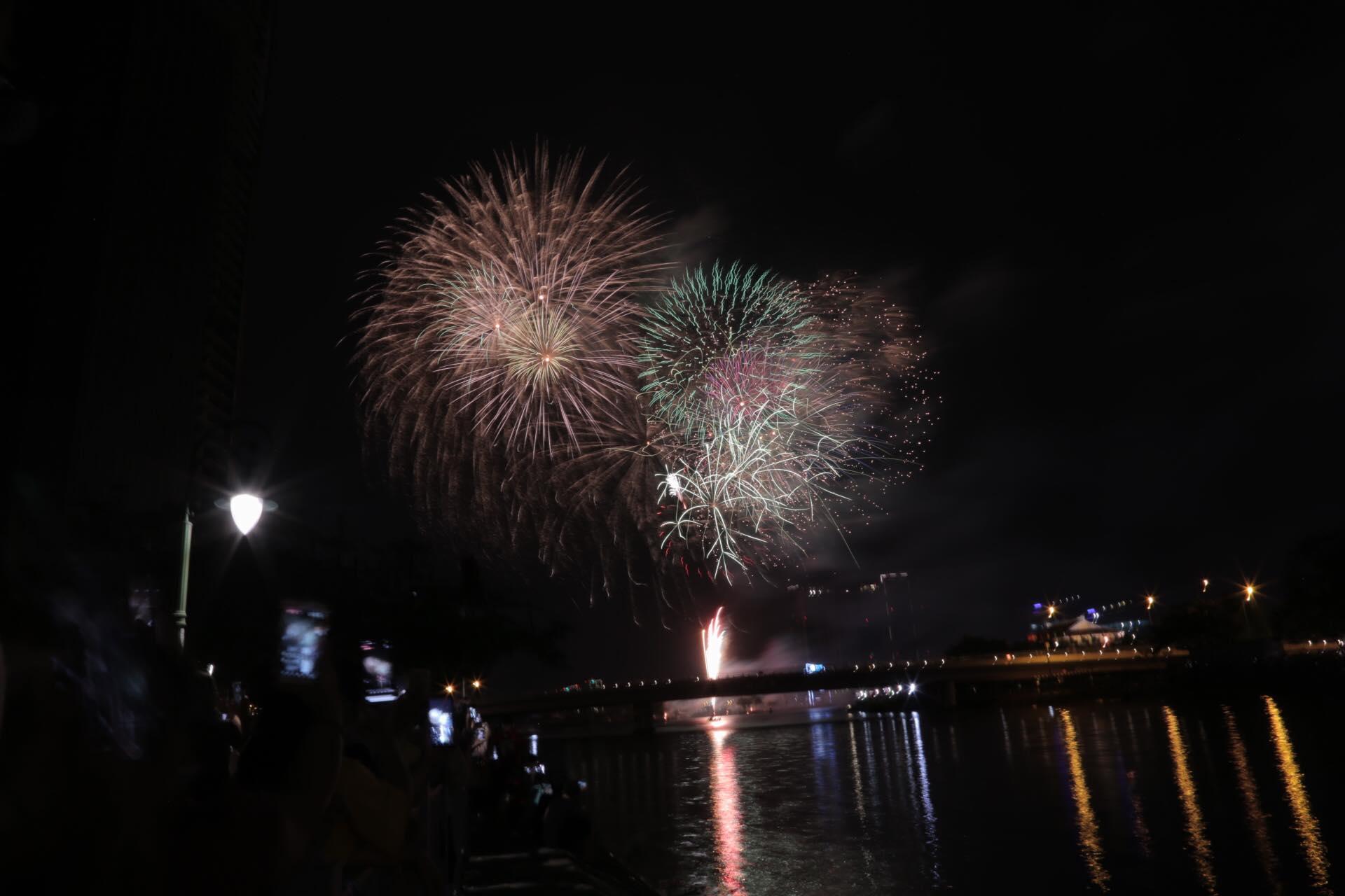 Chùm ảnh: Pháo hoa tuyệt đẹp chào đón năm 2021 - 9