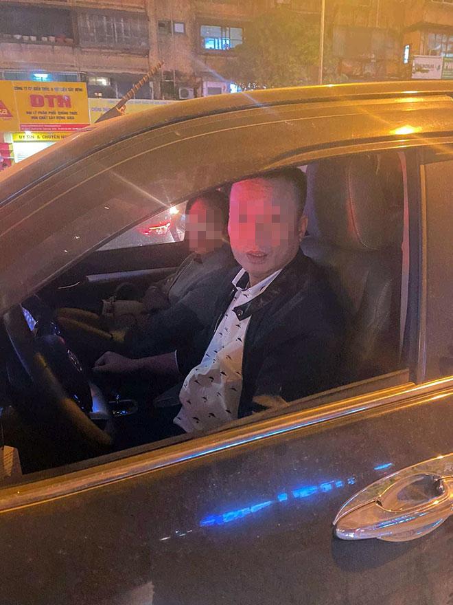 Hà Nội: Nghi vấn tài xế đánh người vì bị nhắc nhở khi dừng xe quá lâu gây tắc đường - 1