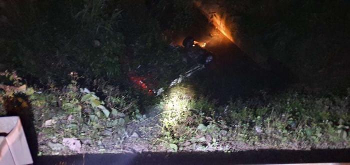 Ô tô mất lái lao xuống cống, 2 người tử vong, 4 người phải cấp cứu - 1