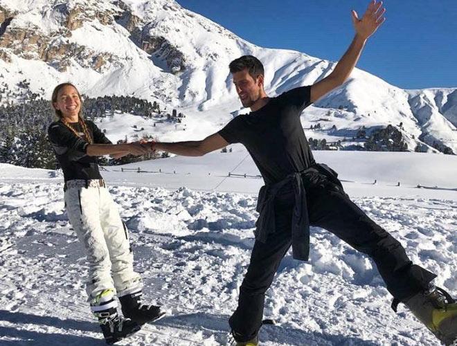 Djokovic thoải mái chờ Australian Open: Vui đùa cùng vợ giữa tuyết trắng - 1