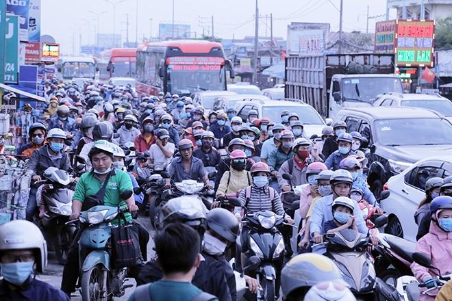 Người dân trở lại Hà Nội, TP.HCM sau kỳ nghỉ Tết Dương lịch, nhiều tuyến đường cửa ngõ ùn tắc - 15
