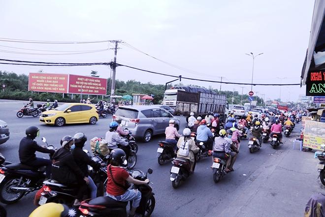 Người dân trở lại Hà Nội, TP.HCM sau kỳ nghỉ Tết Dương lịch, nhiều tuyến đường cửa ngõ ùn tắc - 17