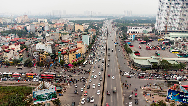 Người dân trở lại Hà Nội, TP.HCM sau kỳ nghỉ Tết Dương lịch, nhiều tuyến đường cửa ngõ ùn tắc - 1