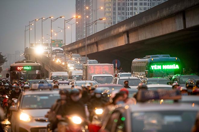Người dân trở lại Hà Nội, TP.HCM sau kỳ nghỉ Tết Dương lịch, nhiều tuyến đường cửa ngõ ùn tắc - 10