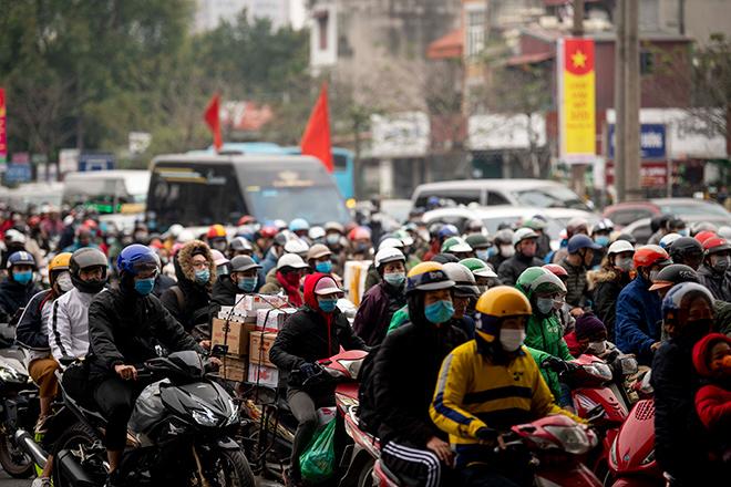 Người dân trở lại Hà Nội, TP.HCM sau kỳ nghỉ Tết Dương lịch, nhiều tuyến đường cửa ngõ ùn tắc - 3