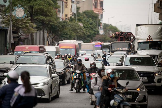 Người dân trở lại Hà Nội, TP.HCM sau kỳ nghỉ Tết Dương lịch, nhiều tuyến đường cửa ngõ ùn tắc - 5