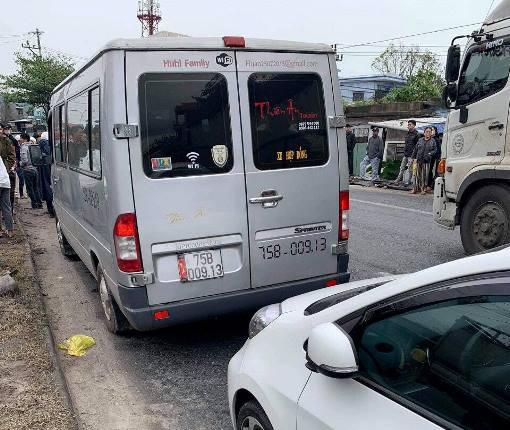 Ô tô hết hạn kiểm định chở khách lạng lách trên đường, tài xế cố thủ trên xe, chống đối CSGT - 1