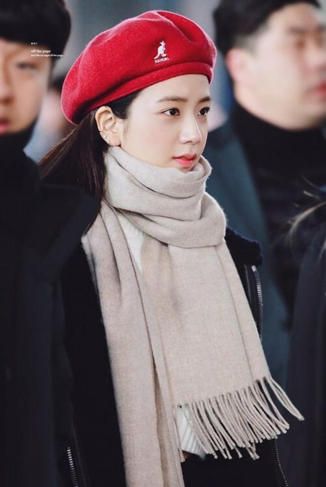 Học ngay các idol K-Pop cách đội mũ beret, chiếc mũ được yêu thích nhất trong mùa Đông - 1