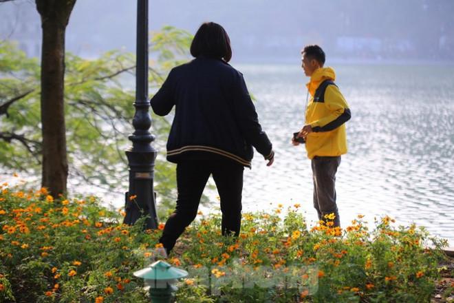 """Thảm hoa hồ Hoàn Kiếm """"nát bươm"""" sau giao thừa và Tết Dương lịch - 11"""