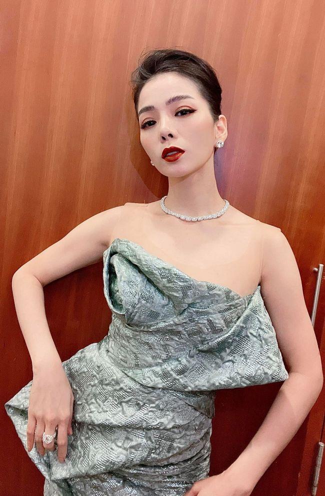 Lệ Quyên được biết đến là một trong những ngôi sao hàng đầu của làng nhạc Việt. Hồi tháng 10/2020, cô tuyên bố ly hôn ông chủ phòng trà nổi tiếng nhất nhì Sài Thành - Đức Huy.