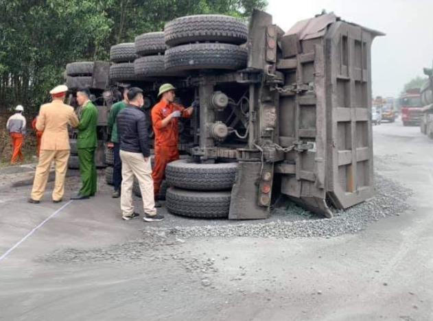CLIP: Xe bán tải lao như tên bắn tông trực diện vào xe tải chở đá - 1