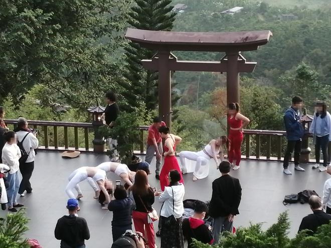 """Nhóm phụ nữ mặc đồ gym hở bụng ở """"cổng trời Lạc Trôi""""  bị chỉ trích nặng nề - 2"""