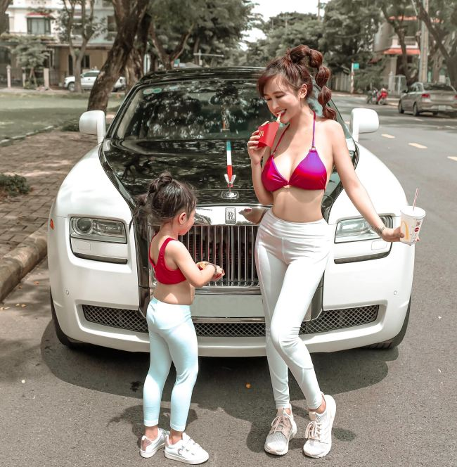 """Vợ tỷ phú ngành nhựa Sài thành mặc áo bơi, quần tập ra đường """"không hề giả trân"""" - 2"""