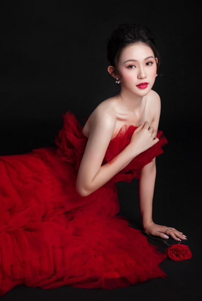 Người đẹp được yêu thích nhất HHVN 2020 diện đầm cúp ngực quyến rũ ngọt ngào - 1