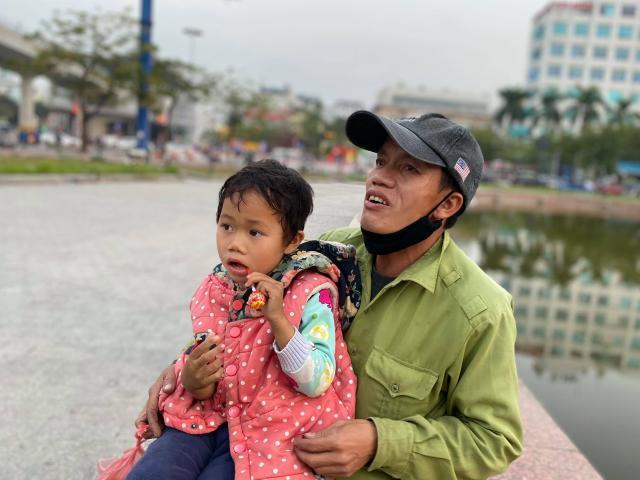 Tin tức trong ngày - Hạnh phúc nhân đôi đến với ông bố ôm con đi bán bọc chân chống xe máy