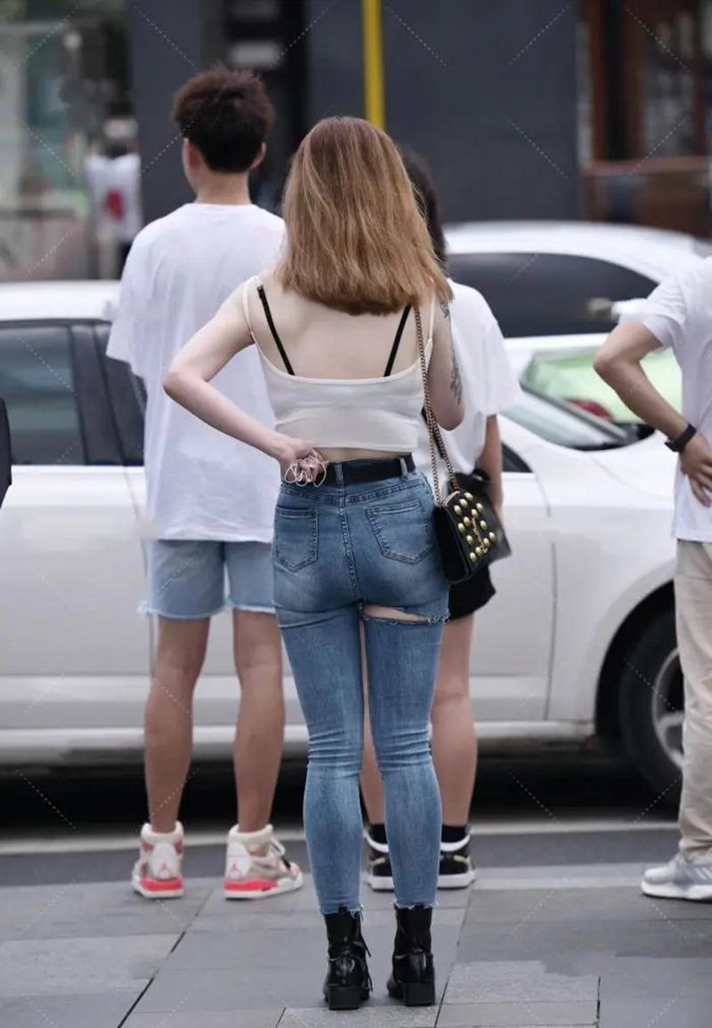 Cô gái mặc quần rách đúng vòng 3, xuề xòa với kiểu mặc nổi trên phố vì kém duyên - 1