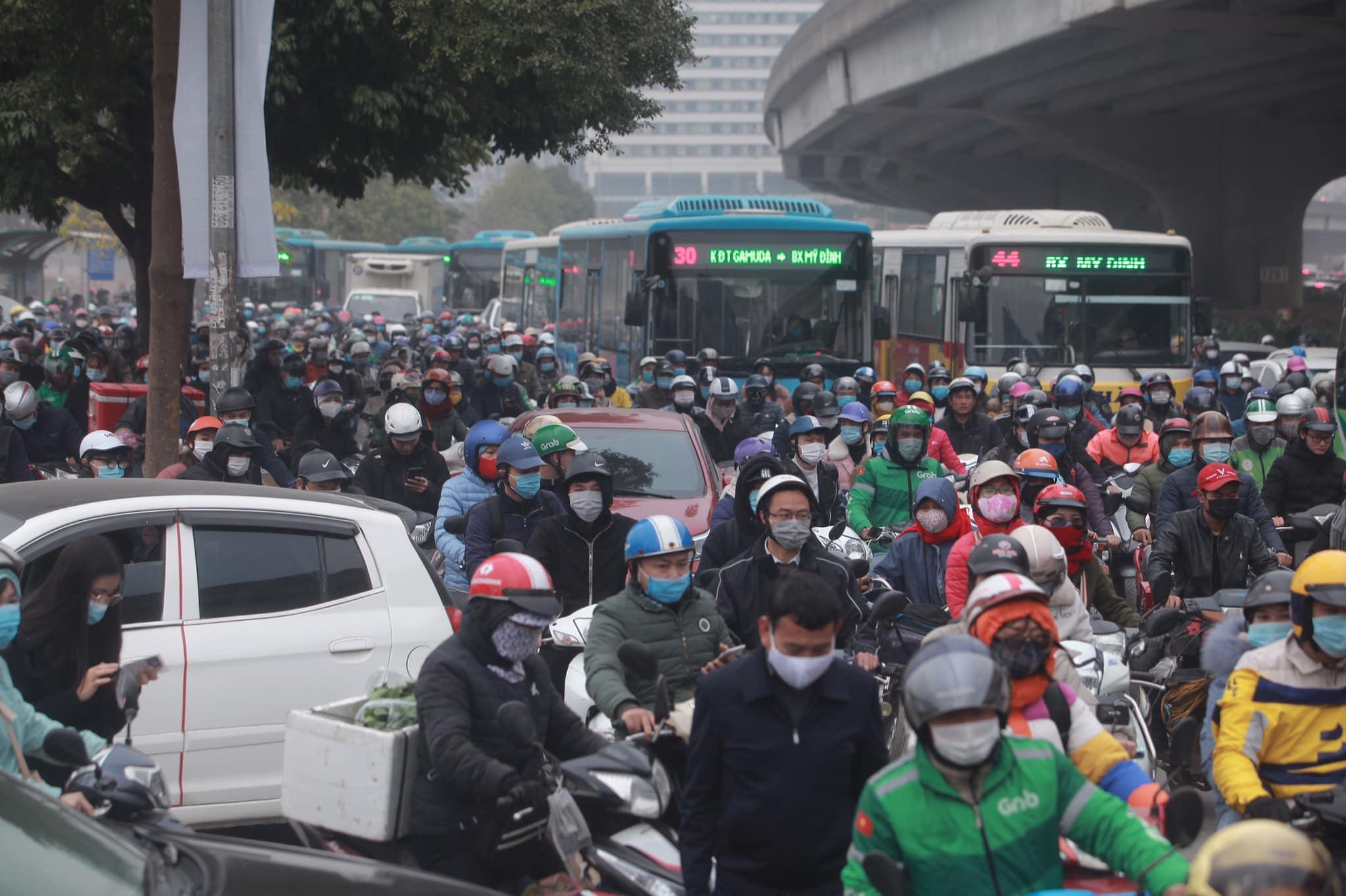 Hà Nội ùn tắc kinh hoàng trên đường Phạm Hùng - 2
