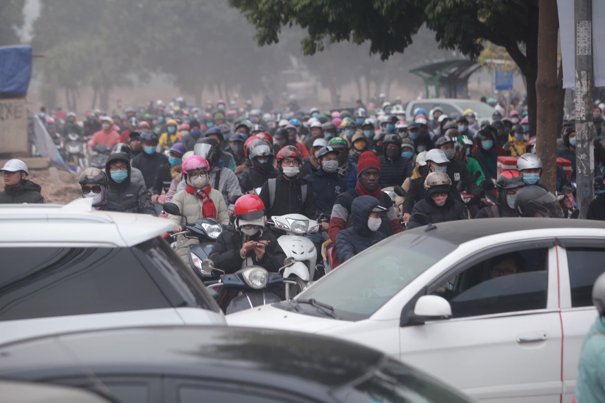 Hà Nội ùn tắc kinh hoàng trên đường Phạm Hùng - 3