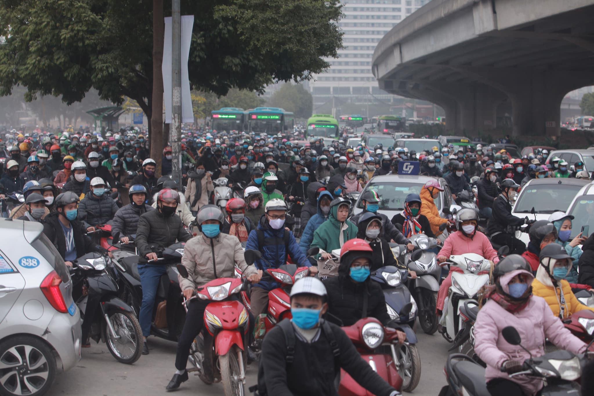Hà Nội ùn tắc kinh hoàng trên đường Phạm Hùng - 1