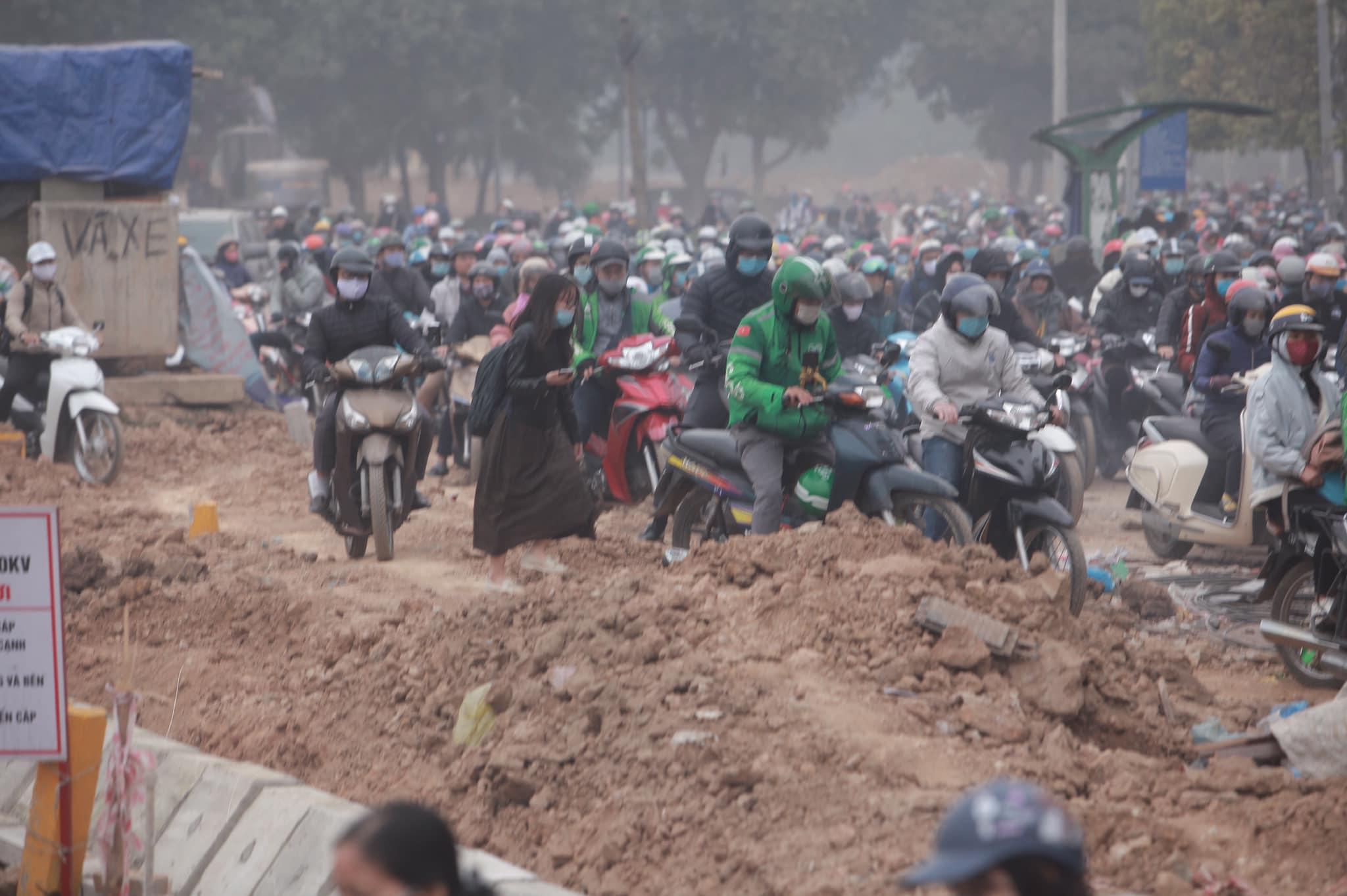 Hà Nội ùn tắc kinh hoàng trên đường Phạm Hùng - 4