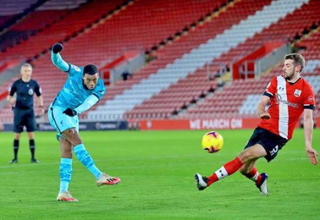 MU bị HLV Liverpool mỉa mai hưởng nhiều penalty, Solskjaer đáp trả cực gắt - 1