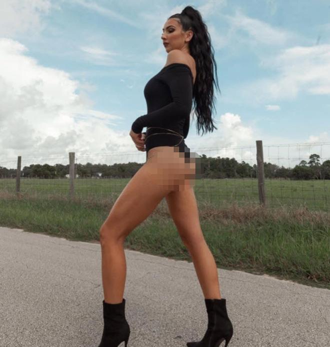 """Người đẹp WWE mặc """"nhầm"""" bikini đi dạo phố, có hơn 1 triệu người """"mê"""" - 1"""