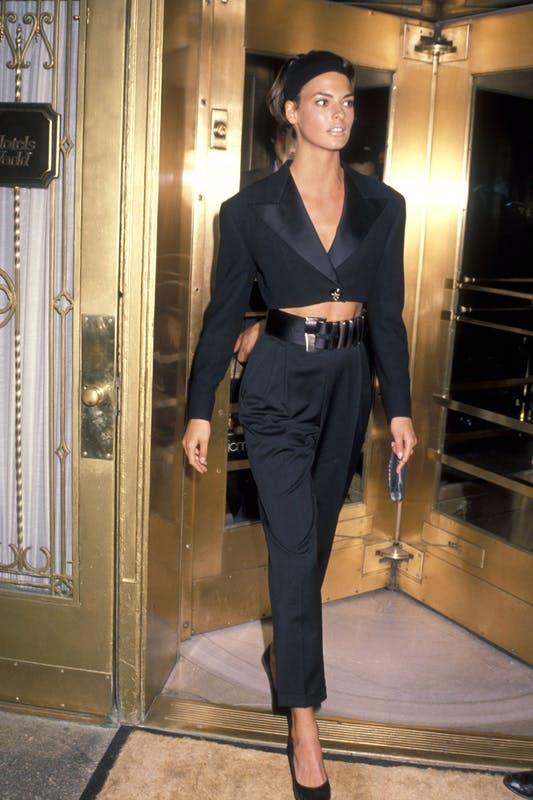Học siêu mẫu huyền thoại Linda Evangelista mặc blazer mini sang chảnh - 1