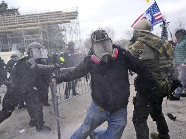 Loạt ảnh người biểu tình xông vào quốc hội Mỹ