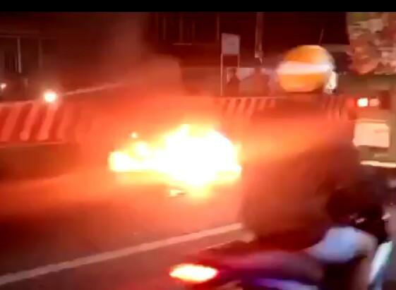 Chạy ngược chiều tốc độ cao gây tai nạn, 2 xe máy phát cháy khiến 3 người trọng thương - 1