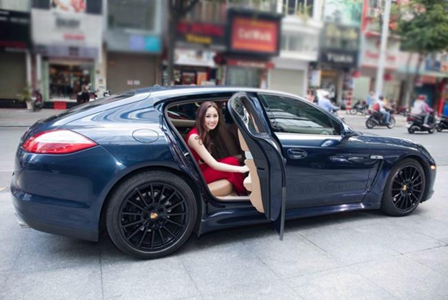 """Người đẹp còn nổi tiếng là một """"đại gia ngầm"""" trong làng giải trí với việc sở hữu siêu xe, căn hộ hạng sang, cùng việc thường xuyên khiến fan choáng váng khi tậu một lúc nhiều món hàng hiệu từ các nhà mốt hàng đầu thế giới như LV, Dior, Gucci..."""