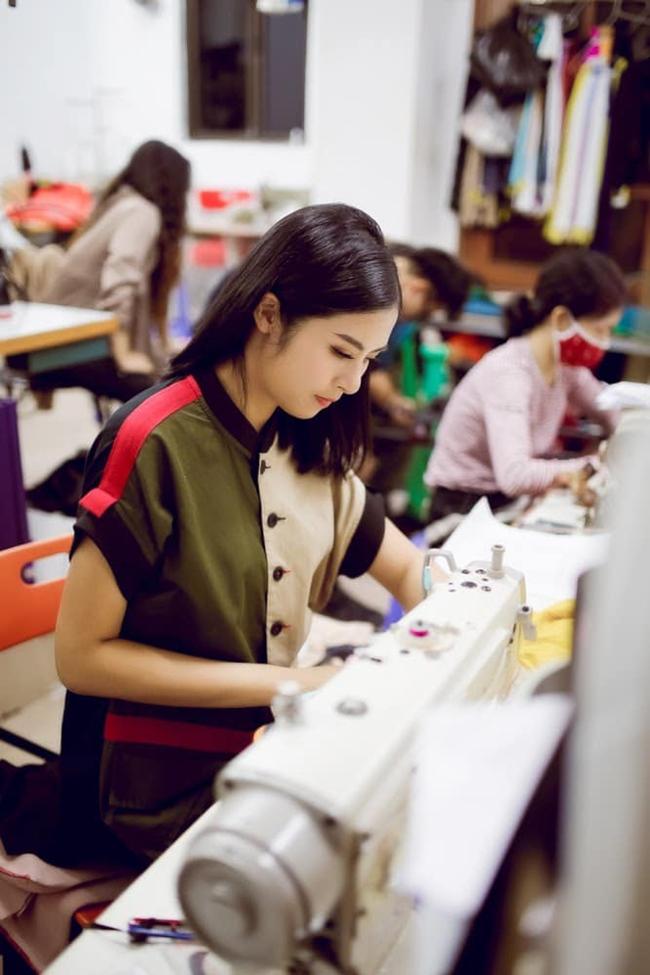 Sau 10 năm đăng quang Hoa hậu Việt Nam, Ngọc Hân hiện đã gây dựng cho mình chỗ đứng vững chắc trong Vbiz và sự nghiệp kinh doanh ổn định. Với niềm đam mê áo dài truyền thống, Ngọc Hân được biết tới là một trong những NTK áo dài nổi tiếng trong showbiz.