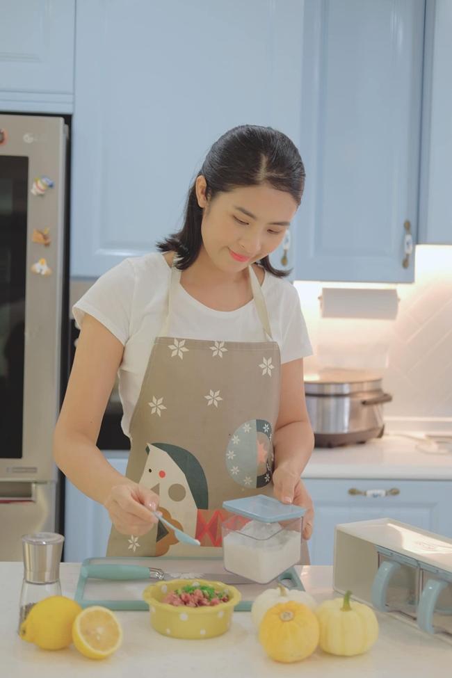 """""""Hoa hậu ngoan nhất"""" showbiz cũng là người có nhiều tài lẻ. Cô thường xuyên trổ tài nấu nướng, khoe những món ăn đẹp mắt trên mạng xã hội."""