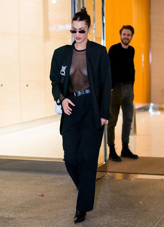 Bella Hadid cũng nổi tiếng là một người đẹp chuộng mốt thời trang thả rông ngực.