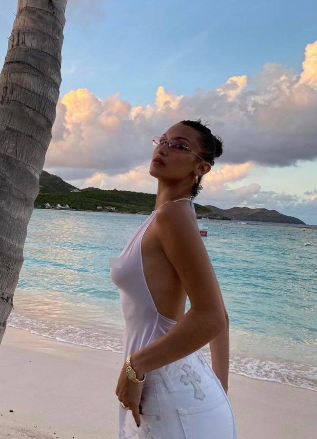 """Cũng chính bởi phong cách thời trang táo bạo """"không giống ai"""",Bella đã dần thoát mác """"em gái Gigi Hadid"""" vàgiành giải """"Ngôi sao đột phá"""" do Models.combình chọn vào năm 2015."""