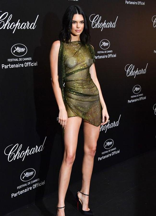 Siêu mẫu nhà Jenner diện chiếc đầm ngắn chất liệu vải ánh vàng sang trọngcủa nhà mốt Alexandre Vauthier.