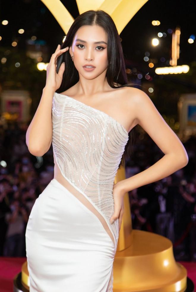 """Hoa hậu Đỗ Thị Hà, Tiểu Vy và Lương Thùy Linh lại có màn đọ sắc """"cực gắt"""" trên thảm đỏ - 3"""