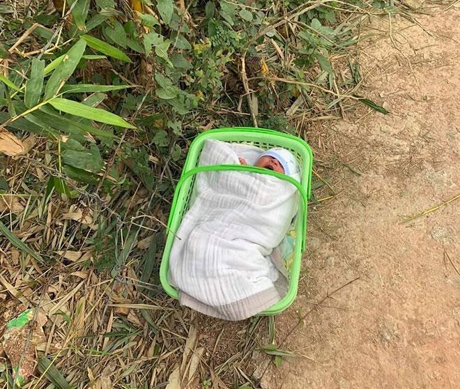 Bé sơ sinh bị bỏ rơi ngoài trời lạnh kèm lời nhắn xót xa của người mẹ - 1