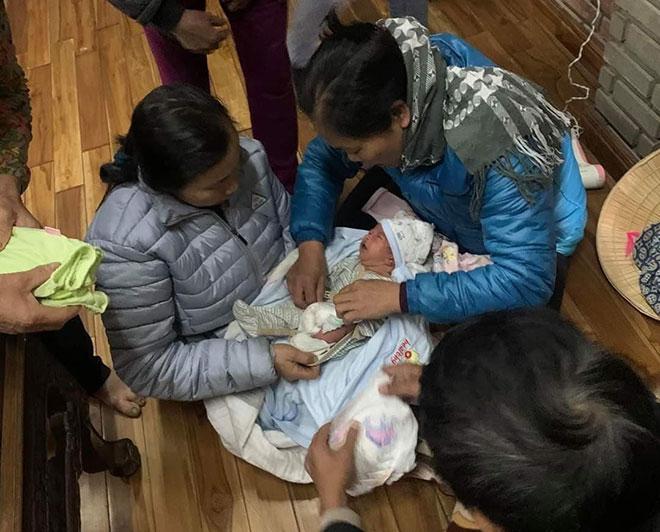 Bé sơ sinh bị bỏ rơi ngoài trời lạnh kèm lời nhắn xót xa của người mẹ - 3