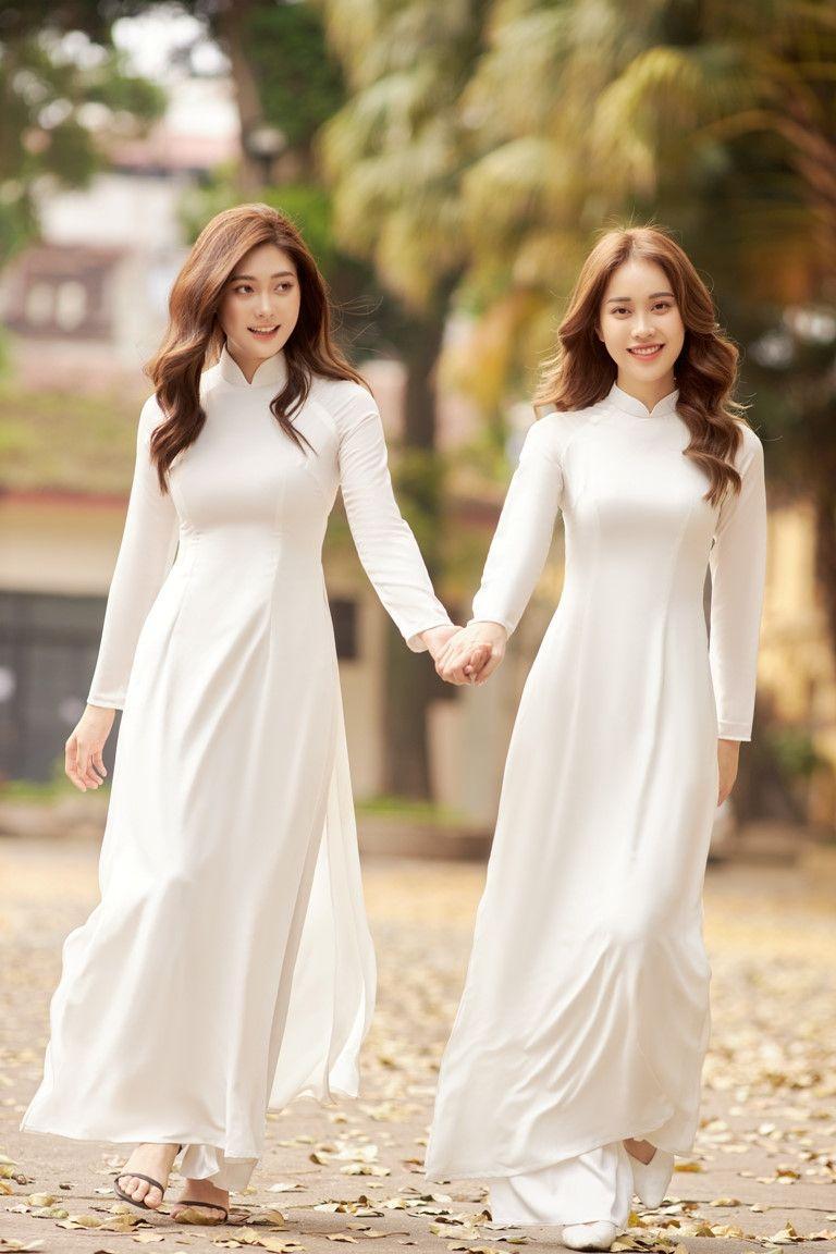 Người đẹp Việt mặc áo dài mỏng chụp ảnh chốn trang nghiêm gây bức xúc - 1
