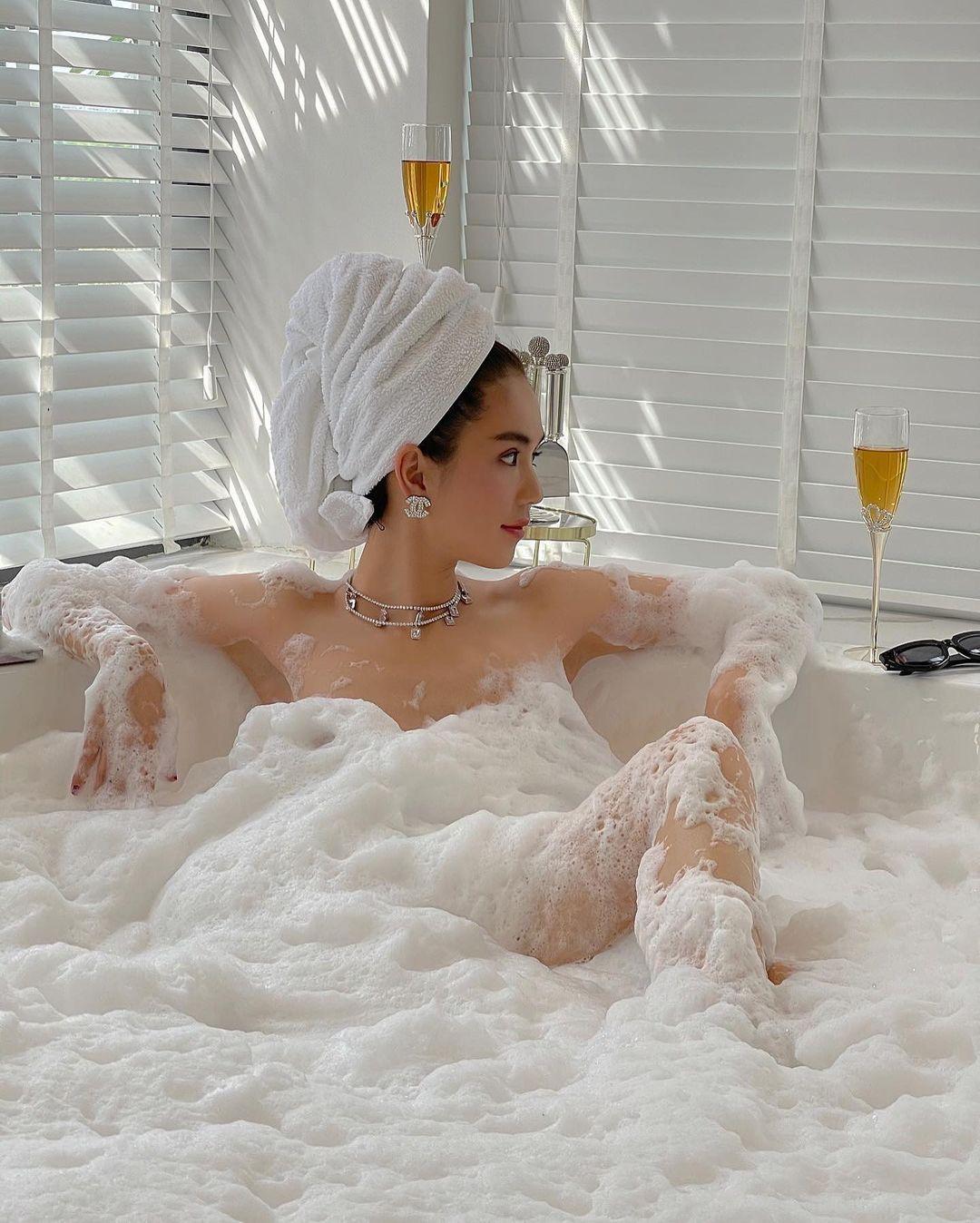 """""""Nữ hoàng nội y"""" khoả thân táo bạo trong bồn tắm bất chấp bị gièm pha, chỉ trích - 1"""