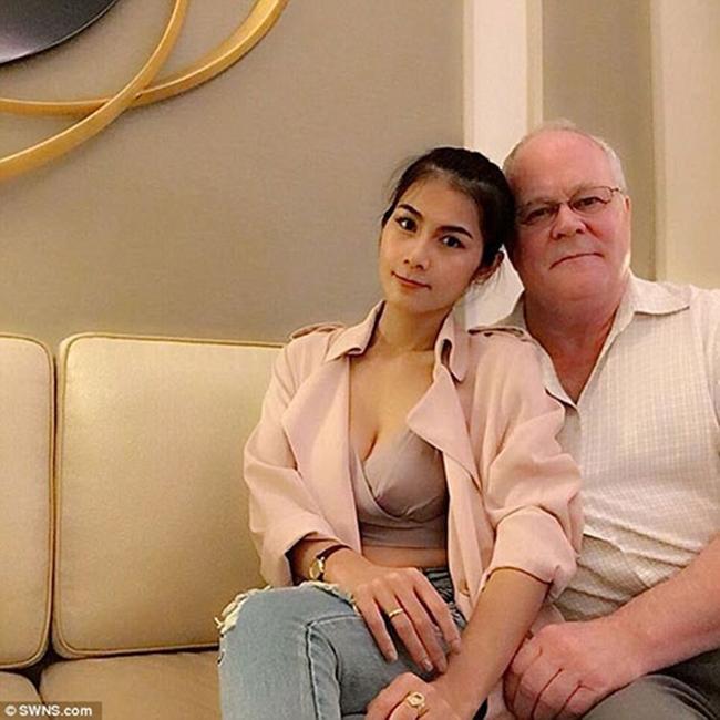 Trước đó, cựu sao phim 18 Thái Lan gây xôn xao khi tuyên bố kết hôn với tỷ phú U70 - Harold Jennings Nesland Jr vào tháng 11.2016. Tuy nhiên, đầu tháng 3.2017, diễn viên phim 18 Thái Lan đã tuyên bố ly hôn với chồng già chỉ sau 4 tháng chung sống.