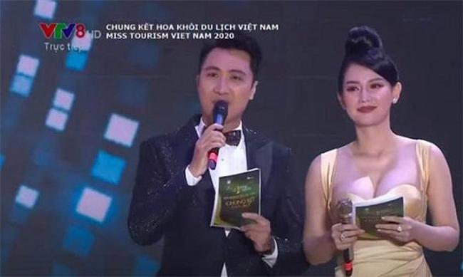 """Trước đó, trong đêm chung kết """"Hoa khôi du lịch Việt Nam 2020"""" tổ chức vào tối 28/11/2020, MC Quỳnh Chi gây bàn tán vì chiếc váy quá đỗi nóng bỏng."""