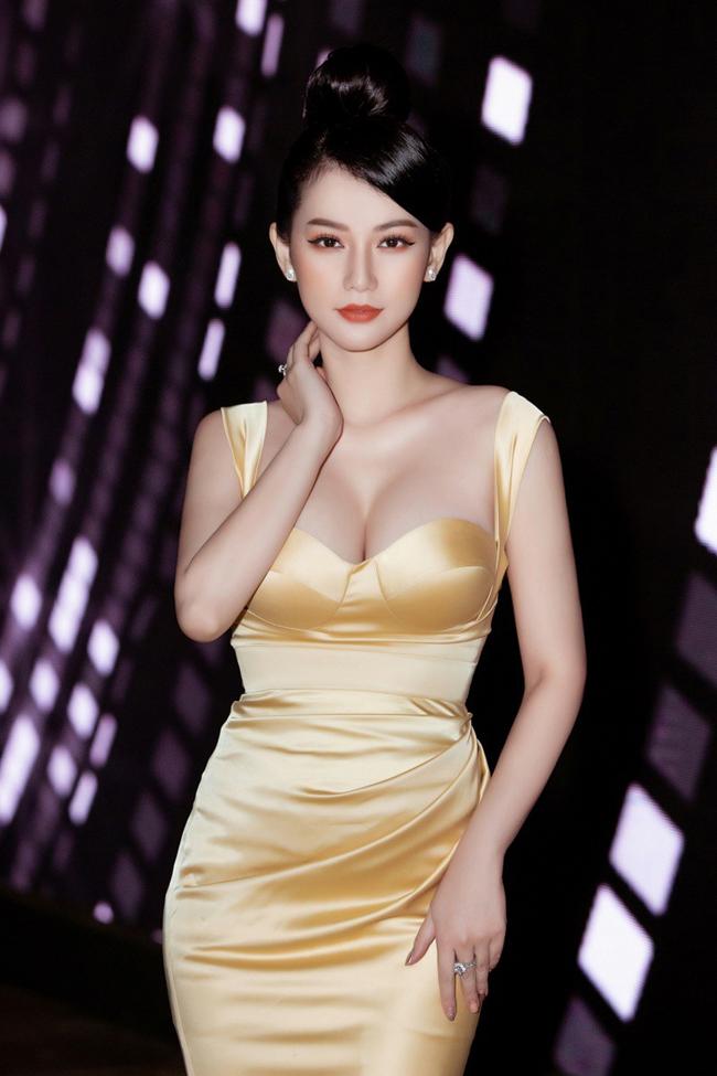 Gu thời trang sexy quyến rũ của Quỳnh Chi được cho là phù hợp với việc người đẹp đi sự kiện hơn là làm MC một chương trình truyền hình trực tiếp. Số khác lại ủng hộ cô vì cho rằng bộ váy không có điểm gì phản cảm.